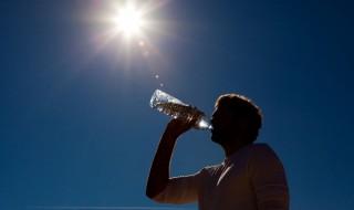 Vara ne-a mai rezervat câteva zile cu temperaturi caniculare care vor depăşi 35 de grade Celsius. Valul de căldură poate să ne aduca şi vijelii, spun meteorologii, care au emis deocamdată Cod Galben de caniculă, valabil cel puţin până în data de 29 iulie. Pentru a preveni probleme de sănătate, medicii ne recomandă să consumăm... Post-ul Vara ne-a mai rezervat câteva zile cu temperaturi caniculare apare prima dată în CANAL 3.
