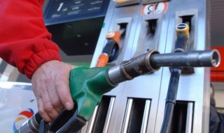 Companiile petroliere trebuie să ieftinească de mâine carburanţii. Anunţul a fost făcut de ANRE, după ce petroliştii au operat majorări săptămâna trecută, scrie publika.md. ANRE a publicat astăzi pe pagina sa web următoarele prețuri plafon de comercializare cu amănuntul a carburanților: pentru benzină auto Premium-95 cu cifra octanică de minimum 95 – 16.21 lei/litrul, pentru... Post-ul ANRE: Companiile petroliere trebuie să ieftinească carburanţii apare prima dată în CANAL 3.