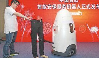 Evoluţia va schimba la faţă şi poliţiştii! Şi nu doar la faţă! Universitatea Naţională de Apărare din China a prezentat, în cadrul unei expoziţii specializate în tehnologii, un robot-poliţist. Anbot a fost conceput să patruleze anumite zone, fiind capabil să dezvolte o viteză de 18 kilometri pe oră. Are o înălţime de 1,5 metri şi... Post-ul Polițistul futuristic apare prima dată în CANAL 3.