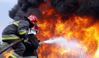 Incendiu de proporţii în sectorul Ciocana al Capitalei. Noaptea trecută, doi soţi cu vârsta de peste 50 de ani au ajuns în stare critică la spital, după ce casa lor a luat foc. Totul s-a produs după miezul nopţii. Femeia a suferit arsuri pe 70 la sută din suprafaţa corpului, iar soţul acesteia – pe... Post-ul Incendiu de proporţii în sectorul Ciocana al Capitalei. Doi soţi, în stare critică la spital apare prima dată în CANAL 3.