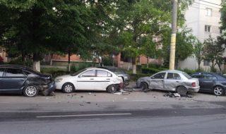 Un șofer de 21 de ani, cherchelit de-a binelea, a pierdut controlul volanului şi a măturat din calea sa şase maşini parcate. Accidentul s-a produs în această dimineață în jurul orei 05:00. Vehiculele erau parcate pe strada Calea Ieșilor din sectorul Buiucani. Locatarii din zonă au fost treziți din somn de o bubuitură puternică. Proprietarii... Post-ul Un şofer, în stare de ebrietate, a distrus șase mașini parcate pe strada Calea Ieșilor apare prima dată în CANAL 3.