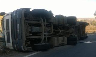 Accident grav la Cahul. Doi oameni, tată şi fiică, au murit fiind striviţi de un camion. Potrivit informaţiilor preliminare, cele două victime se deplasau cu o motocicletă, care s-ar fi ciocnit de o maşină de mare tonaj, scrie publika.md. Impactul s-a produs lângă satul Cîşliţa-Prut, în jurul orei 12:00. Bărbatul a pierdut controlul motocicletei după... Post-ul Tragic accident rutier la Cahul! Doi oameni, tată şi fiică, au murit fiind striviţi de un camion apare prima dată în CANAL 3.