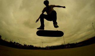 Nici noua generaţie de skateri nu stă cu mâinele în sân. Trei tipi super curajoşi au realizat un triplu salt magnific pe o singură placă. Ideea trucului este uimitoare, dar și mai surprinzător este că nimeni nu a ajuns pe patul de la spital în urma numeroaselor încercări. Băieţii din Texas au dorit iniţial să... Post-ul Triplu salt pe skateboard apare prima dată în CANAL 3.