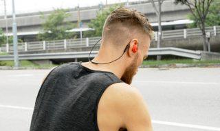Cei care ascultă muzica în mişcare găsesc cu greu o pereche de căşti care să-i mulţumească. Accesoriile care se poartă peste urechi pot crea disconfort în zilele călduroase de vară, iar cele care se introduc în ureche nu stau aproape niciodată bine. O companie a prezentat însă un model care se pare că a soluţionat... Post-ul Inovator! Căştile care iau forma urechii apare prima dată în CANAL 3.