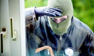 """Furau bunuri din case şi din maşini lăsate fără supraveghere. Poliţia a reţinut doi bărbaţi din Chişinău, bănuiţi că în ultimele două luni, ar fi săvârşit cel puţin cinci infracţiuni de acest gen. Indivizii spărgeau apartamentele lăsate fără supraveghere sau mai puţin securizate. """"Metodele de pătrundere în apartamente era de obicei prin selectare de chei.... Post-ul Doi hoţi de apartamente, prinşi de oamenii legii apare prima dată în CANAL 3."""