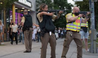 În contextul atacului armat de la Munchen, pe reţelele de socializare au început să circule imagini care au fost atribuite în mod fals atacului, scrie lemonde.fr. O televiziune mexicană a difuzat pozele, spunând că sunt făcute în mall în timpul atacului.Însă, imaginile reprezintă o simulare ce a avut loc într-un mall din Marea Britanie în... Post-ul Pe reţelele de socializare circulă imagini false ale atacului armat de la Munchen (FOTO) apare prima dată în CANAL 3.