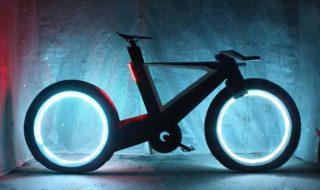 Bicicleta viitorului are roţi fără spiţe, dar cu leduri. Se numeşte Cyclotron şi e în stadiu de prototip, iar inventatorii ei abia strâng bani ca să o producă în serie. Mijlocul de transport e făcut din fibră de carbon, iar cablurile de frână sunt ascunse în cadru. Roţile au leduri integrate, pornite de un senzor... Post-ul Bicicleta fără spiţe apare prima dată în CANAL 3.