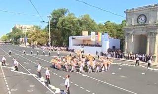 Ziua Independenţei a fost marcată cu dansuri şi chiote. Sute de oameni s-au prins în horă în Piaţa Marii Adunări Naţionale, dar şi concomitent în mai multe localităţi din ţară. A urmat o Paradă a Portului Popular, la care au participat moldoveni din toate raioanele ţării îmbrăcaţi în straie specifice regiunii. Prezentă la eveniment, ministrul... Post-ul Sute de oameni s-au prins în horă în Piaţa Marii Adunări Naţionale apare prima dată în CANAL 3.
