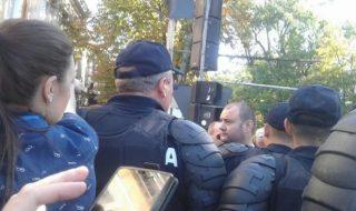 """Altercaţii în centrul Capitalei chiar de Ziua Independenţei. Un grup de activişti ai Partidului """"Platforma Demnitate şi Adevăr, al mafioţilor Ţopa împreună cu mai mulţi reprezentanţi ai partidului pro-rus, care îi aparţine lui Renato Usatîi au încercat să intre în perimetrul Pieţei Marii Adunări Naţionale, acolo unde se desfăşoară evenimentele, dedicate celor 25 de ani... Post-ul Activiştii partidului """"DA"""" şi ai lui Usatîi huiduie în PMAN apare prima dată în CANAL 3."""