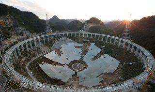 Start vânătorii de extratereştri! Chinezii au pornit duminică cel mai mare radiotelescop din lume, a cărui misiune principală e căutarea unei forme de viaţă inteligente, în afara galaxiei. Telescopul sferic, a cărui denumire prescurtată este FAST, a fost construit timp de cinci ani, într-o depresiune din provincia Guidjo, în sudul Chinei. Cu cu o deschidere... Post-ul În căutarea extratereştrilor. Chinezii au pornit cel mai mare radiotelescop din lume apare prima dată în CANAL 3.