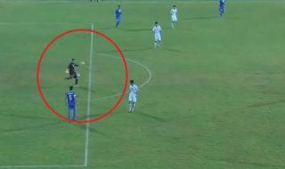 """Spectacol rarisim într-un meci de fotbal """"U-16"""" dintre Uzbekistan si Coreea de Nord. Portarul uzbec a marcat ireal din propriul careu. Scorul a fost deschis de portarul uzbek. Nechibzuită a fost decizia însă goalkeeperului coreean care a ieşit la 25 de metri distanţă de poartă, iar abia atunci când a observat că mingea înaintează ameţitor... Post-ul Portarul lunetist. A marcat ireal din propriul careu apare prima dată în CANAL 3."""